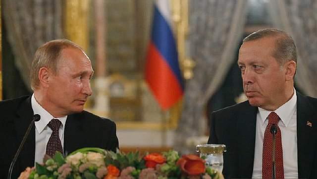 Подпись к изображению: Российский президент Владимир Путин и турецкий президент Реджеп Тайип Эрдоган смотрят друг на друга во время пресс-конференции после их встречи в Стамбуле, понедельник 10 октября 2016 года