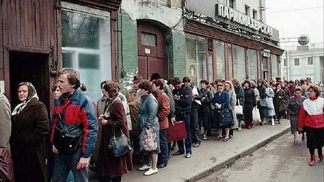 Подпись к изображению: Россияне выстроились в очередь за хлебом