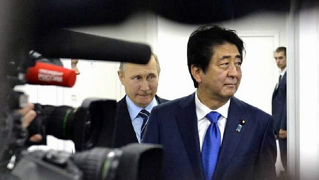 Подпись к изображению: Премьер-министр Японии Синдзо Абэ встречается с российским президентом Владимиром Путиным во Владивостоке, 2 сентября 2016 года