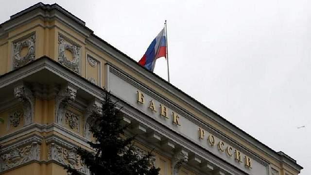 Подпись к изображению: Российский национальный флаг развевается над зданием Центрального Банка России, Москва, 17 мая 2016 года