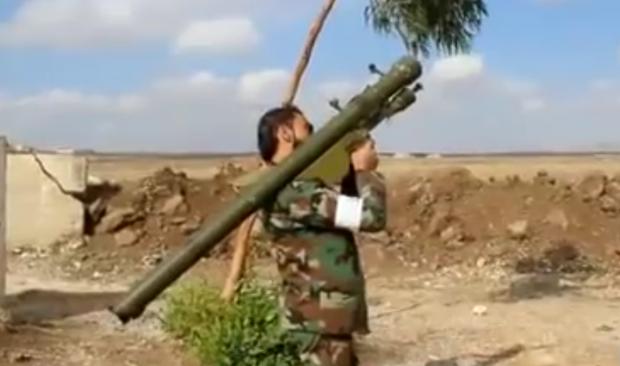 Члена фронта Ansar al-Islam держит противозенитный комплекс СА-7