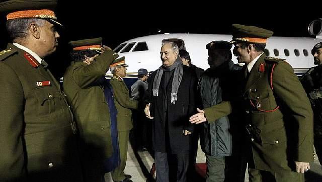 Подпись к изображению: Генерал Халифа Хафтар во время прибытия в аэропорт аль-Харуба недалеко от Бенгази, после визита в Россию, 3 декабря 2016 года