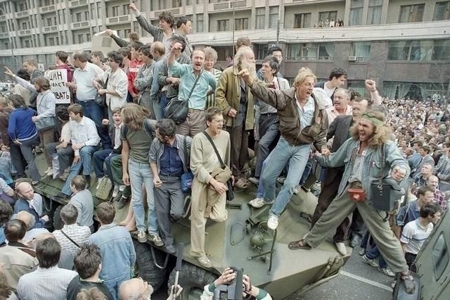 Подпись к изображению: Толпы людей в Москве в 1991 году протестуют против попытки военного переворота с целью свержения советского президента Михаила Горбачева