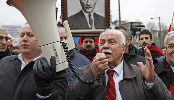 Подпись к изображению: Председатель Рабочей партии Турции Догу Перинчек обращается к своим сторонникам после слушания в Европейском Суде по правам человека, проходившем в Страсбурге 28 января 2015