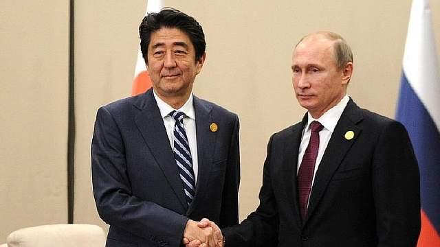 Подпись к изображению: Премьер-министр Японии Синдзо Абэ и российский президент Владимир Путин