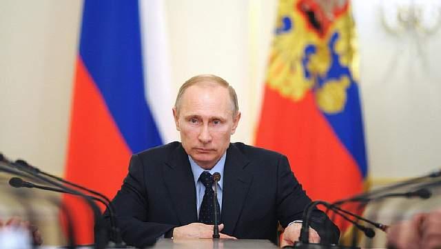 Подпись к изображению: Российский президент Владимир Путин позирует для селфи во время Дня города на Красной Площади