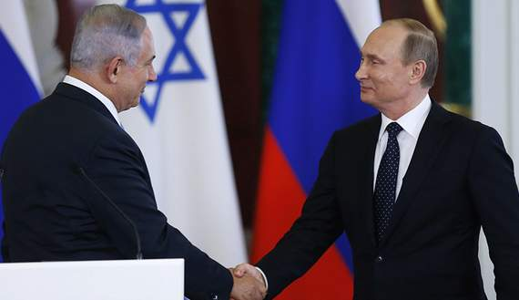Russian President Vladimir Putin (R) shakes hands with Israeli Prime Minister Benjamin Netanyahu during a news conference at the Kremlin in Moscow, Russia June 7, 2016. REUTERS/Maxim Shipenkov/Pool - RTSGFRA