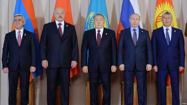 """ASTANA, KAZAKHSTAN - MAY 31, 2016: Armenia's President Serzh Sargsyan, Belarus' President Alexander Lukashenko, Kazakhstan's President Nursultan Nazarbayev, Russia's President Vladimir Putin and Kyrgyzstan's President Almazbek Atambayev (L-R) pose for a group photograph at a meeting of the Supreme Eurasian Economic Council at the Akorda Presidential Palace. Alexei Druzhinin/Russian Presidential Press and Information Office/TASS Êàçàõñòàí. Àñòàíà. 31 ìàÿ 2016. Ïðåçèäåíò Àðìåíèè Ñåðæ Ñàðãñÿí, ïðåçèäåíò Áåëîðóññèè Àëåêñàíäð Ëóêàøåíêî, ïðåçèäåíò Êàçàõñòàíà Íóðñóëòàí Íàçàðáàåâ, ïðåçèäåíò ÐÔ Âëàäèìèð Ïóòèí, ïðåçèäåíò Êèðãèçèè Àëìàçáåê Àòàìáàåâ è ïðåäñåäàòåëü êîëëåãèè Åâðàçèéñêîé ýêîíîìè÷åñêîé êîìèññèè (ÅÝÊ) Òèãðàí Ñàðêèñÿí (ñëåâà íàïðàâî) âî âðåìÿ ñîâìåñòíîãî ôîòîãðàôèðîâàíèÿ â ðàìêàõ Âûñøåãî Åâðàçèéñêîãî ýêîíîìè÷åñêîãî ñîâåòà â ïðåçèäåíòñêîì äâîðöå """"Àêîðäà"""". Àëåêñåé Äðóæèíèí/ïðåññ-ñëóæáà ïðåçèäåíòà ÐÔ/ÒÀÑÑ"""
