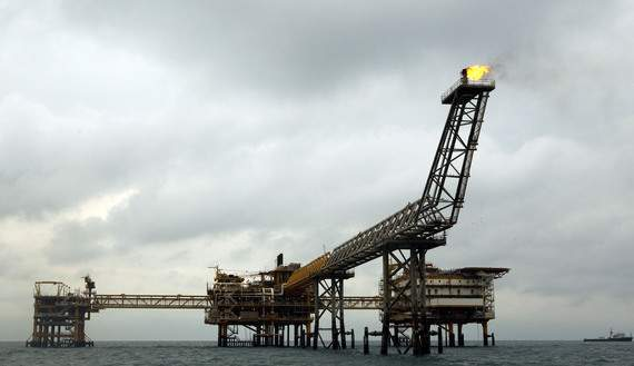 EDITORS' NOTE: Reuters and other foreign media are subject to Iranian restrictions on their ability to film or take pictures in Tehran. The SPQ1 gas platform is seen on the southern edge of Iran's South Pars gas field in the Gulf, off Assalouyeh, 1,000 km (621 miles) south of Tehran, January 26, 2011. Picture taken January 26. REUTERS/Caren Firouz (IRAN - Tags: BUSINESS ENERGY) - RTXX59M