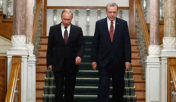 Russian President Vladimir Putin (L) and his Turkish counterpart Tayyip Erdogan arrive for a news conference following their meeting in Istanbul, Turkey, October 10, 2016. REUTERS/Osman Orsal     TPX IMAGES OF THE DAY      - RTSRP0B
