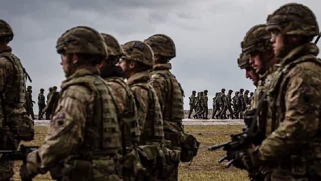 Подпись к изображению: Американские и польские войска участвуют в официальной церемонии приветствия контингента НАТО в польском городе Ожиш