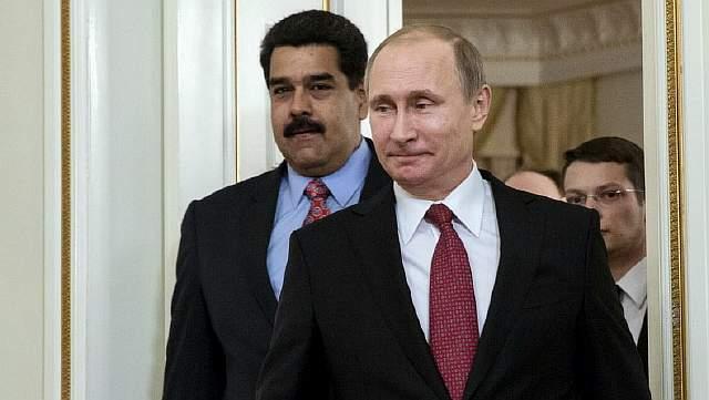 Подпись к изображению: Российский президент Владимир Путин и президент Венесуэлы Николас Мадуро входят в зал во время их встречи в резиденции Ново-Огарево, 15 января 2015 года
