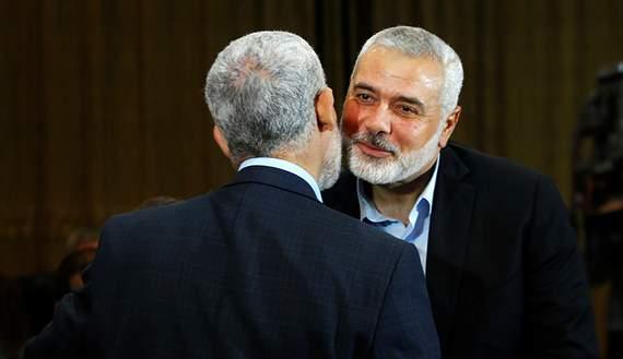 Подпись к изображению: Лидер движения Хамас Исмаил Хания целует лидера Хамас в Газе Яхью Сигвара во время церемонии провозглашения нового политического документа, Газа, 1 мая 2017 года