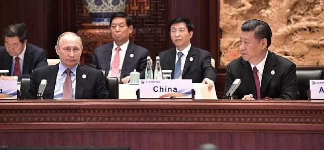 Подпись к изображению: Владимир Путин и Си Цзиньпин во время саммита ОПОП в Пекине, 15 мая 2017 года
