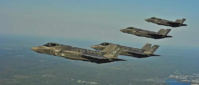 Подпись к изображению: Многофункциональные истребители F-35A Lightning II 58-ой истребительной эскадрильи 33-го истребительного авиаполка авиабазы Eglin производят дозаправку 14 мая 2013 года у берегов северо-западной Флориды совместно с KC-135 Stratotanker из 336-ой заправочной эскадрильи с резервной базы в Калифорнии. 33-ий истребительный полк участвует в учениях ВВС, морской пехоты и флота, а также сотрудничает с пилотами и техниками F-35 Lightning II.