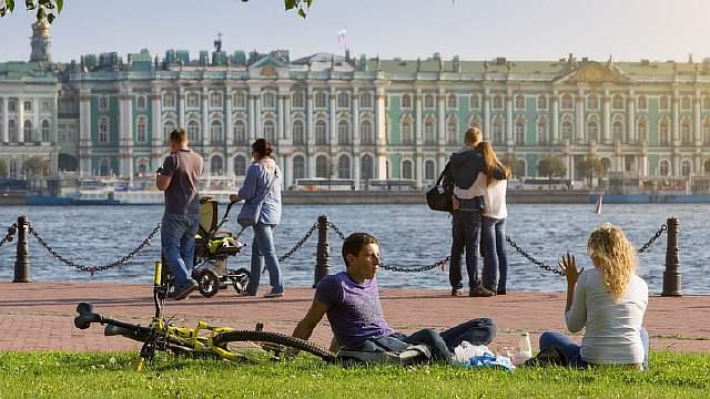 Подпись к изображению: Лето в Санкт-Петербурге. В этом году российское правительство, компании и финансовые учреждения выпустили облигации на сумму в 17 миллиардов долларов.