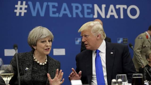 Подпись к изображению: Дональд Трамп беседует с премьер-министром Великобритании Терезой Мэй во время конференции в штаб-квартире НАТО в Брюсселе 25 мая 2017 года.