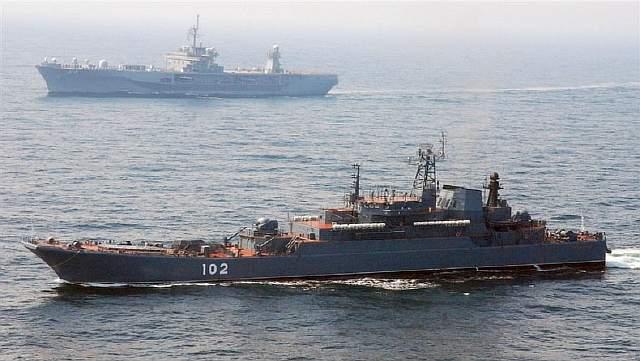 Подпись к изображению: Флагманский корабль 6-го флота США Mount Whitney и российский военный корабль