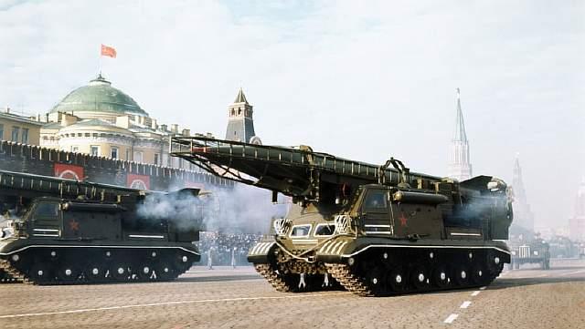 Подпись к изображению: Самоходная пусковая установка с ядерной ракетой Р-11 участвует в параде на Красной площади в начале 1980-ых годов, посвящённом годовщине Октябрьской революции.