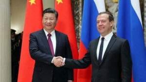 Подпись к изображению: Китайский президент Си Цзиньпин встречается с российским премьер-министром Дмитрием Медведевым в Москве, 4 июля 2017 года