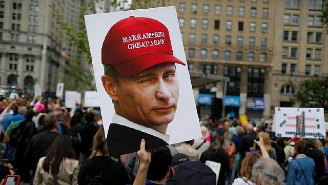 Подпись к изображению: Сторонники Демократической партии уверены, что Трампа избрали русские, и что это стало результатом заговора, задуманного Владимиром Путиным