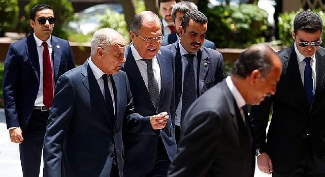 Подпись к изображению: Российский министр иностранных дел Сергей Лавров и Генеральный секретарь Лиги арабских государств Ахмед Абуль Гейт перед встречей в Каире, 29 мая 2017  года