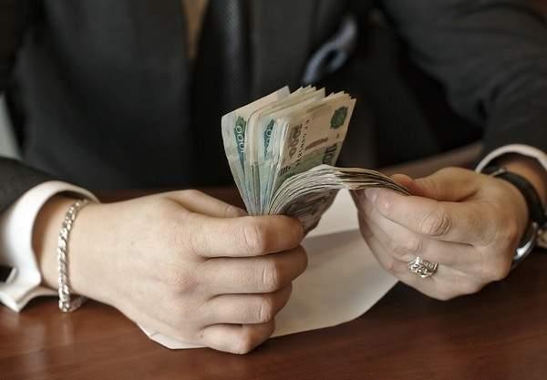 Денежные купюры достоинством 1000 рублей. Взятка.