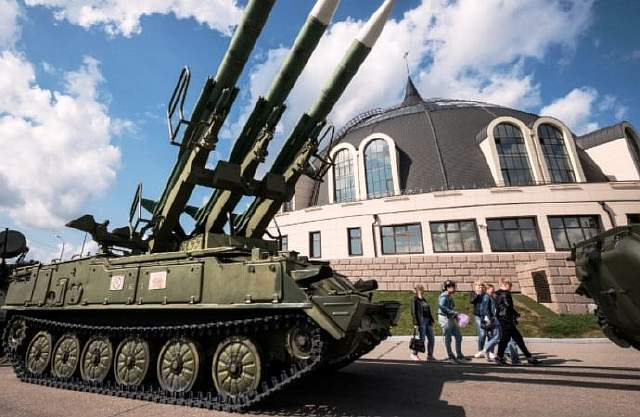 Visitors walk past a missiles launcher outside Tula State Museum of Weapons in the town of Tula some 180 km outside Moscow on August 26, 2017.  / AFP PHOTO / Yuri KADOBNOV