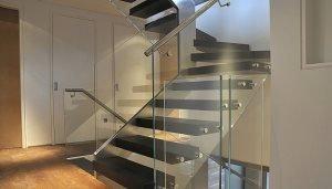 Стильные лестницы и стеклянные перила украсят любой интерьер