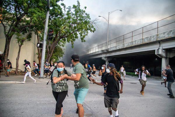 Управляемый хаос: по всей Америке в местах массовых беспорядков находят поддоны с кирпичами