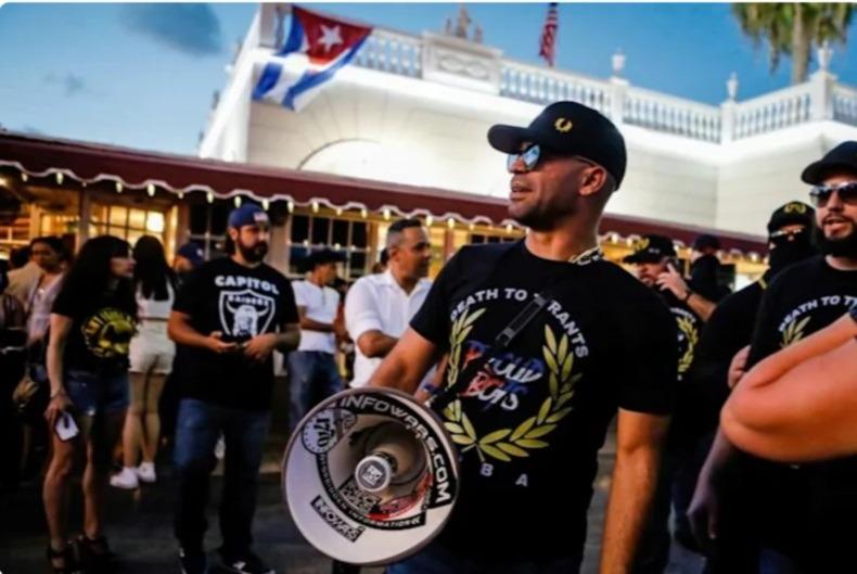 Лидер пробелой группировки Proud Boys получил срок за сжигание флага BLM